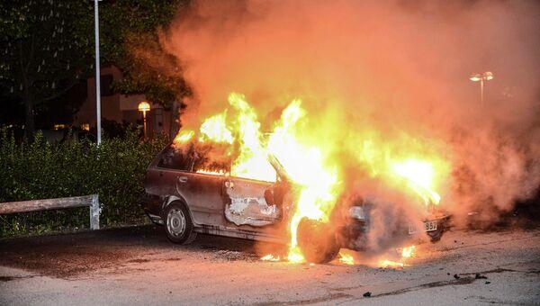 Автомобиль, сожженный в результате беспорядков в Стокгольме