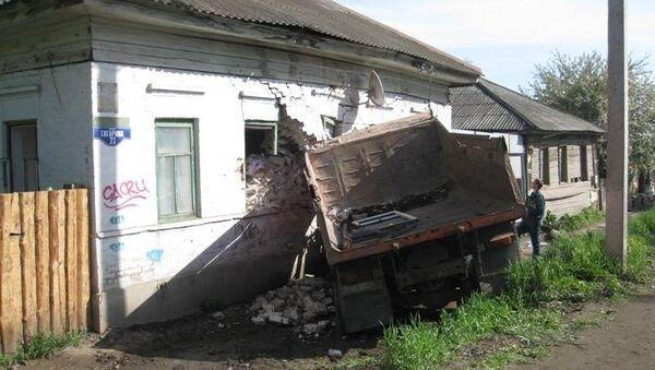 Самосвал врезался в дом в Кунгуре