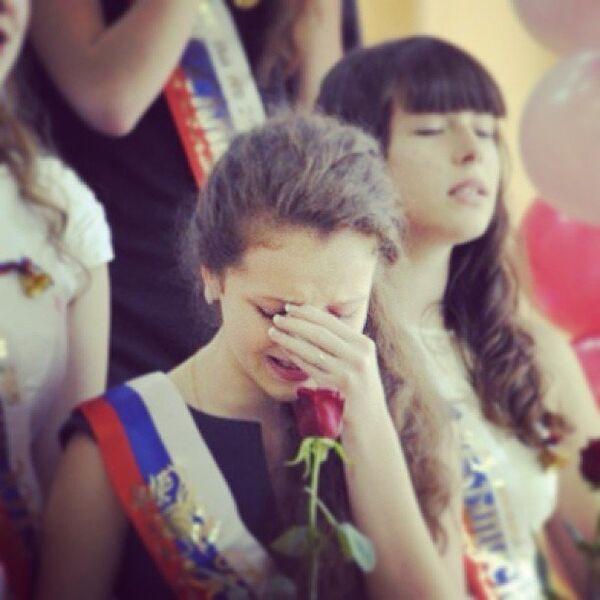 Выпускница плачет во время последнего звонка в школе