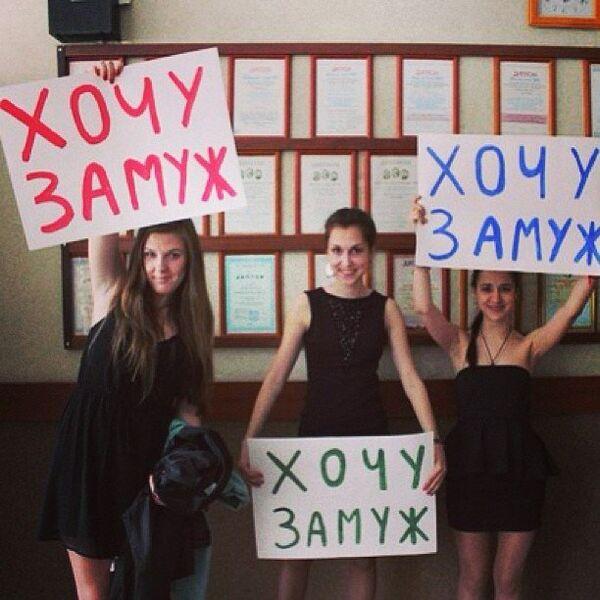 Выпускницы во время последнего звонка в одной из школ Санкт-Петербурга