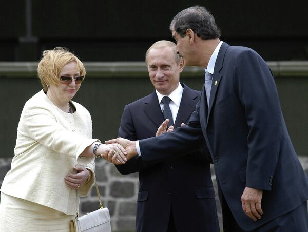 <br><br>На фото: 7 июня 2004 года. Президент Мексики Висенте Фокс, президент РФ Владимир Путин, супруга президента РФ Людмила Путина во время торжественной церемонии встречи на Марсовом поле в Мехико