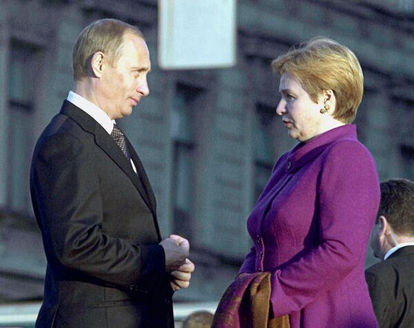 <br><br>На фото: 26 мая 2002 года. Президент России Владимир Путин и его супруга Людмила в ожидании четы Бушей на набережной Робеспьера перед прогулкой по Санкт-Петербургу