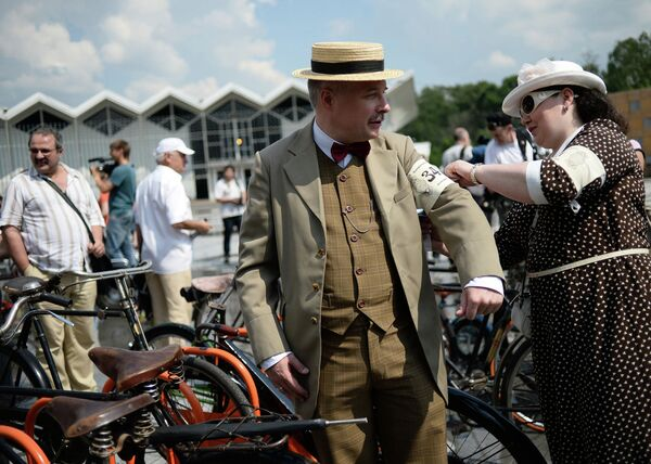 Участники исторического велопробега в парке Сокольники в Москве