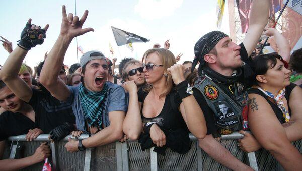 Зрители на фестивале Рок над Волгой, архивное фото