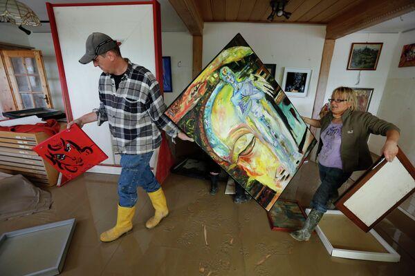 Художники спасают картины из выставочных залов в Наттернберге, Германия
