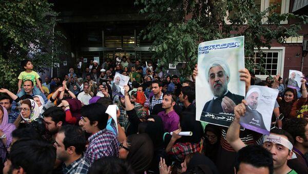 Сторонники Роухани празднуюи его победу на улицах Тегерана