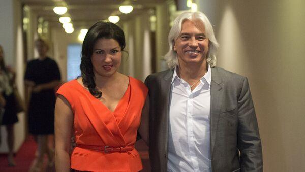 Оперные певцы Анна Нетребко и Дмитрий Хворостовский перед началом пресс-конференции в гостинице Балчуг