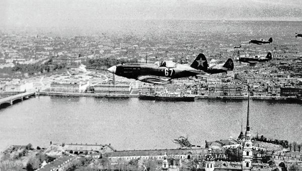 Звено советских истребителей пролетает над Петропавловской крепостью в Ленинграде