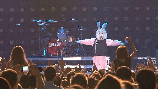 Розовый кролик развлекал публику на первом выступлении Green Day в России