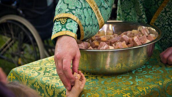 Раздача освященного хлеба с вином на богослужении