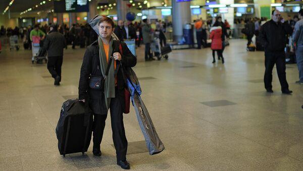 Пассажиры в аэропорту, архивное фото