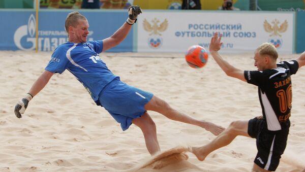 Игровой момент матча по пляжному футболу с участием Локомотива. Архивное фото
