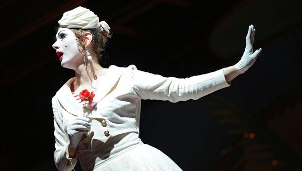 Актриса Татьяна Конинская в роли Клариссы в сцене из оперы Три Пинто Вебера