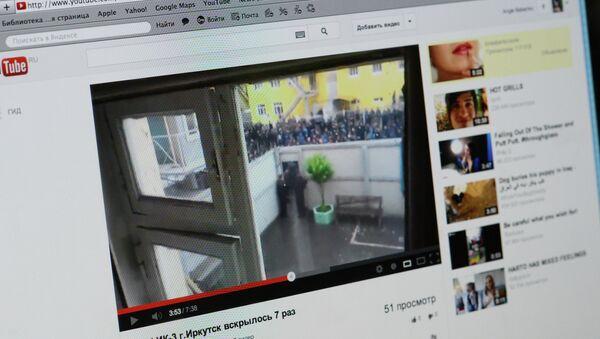 Заключенные иркутской колонии в знак протеста порезали себе руки. Видео с сайта YouTube.com
