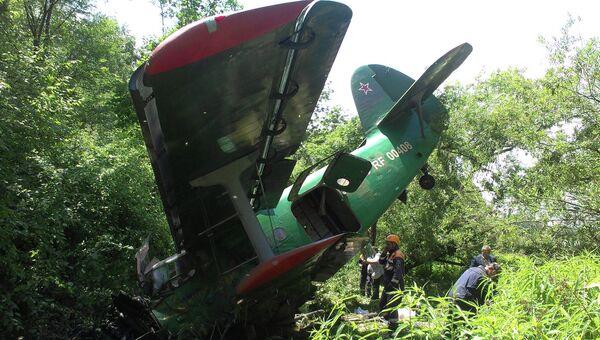 Сотрудники МЧС работают на месте вынужденной посадки самолета Ан-2 в Хабаровском крае