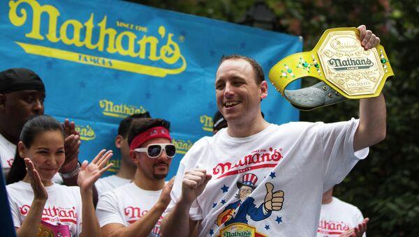 Победитель турнира по поеданию хот-догов Hot Dog Eating Contest Джоуи Честнат