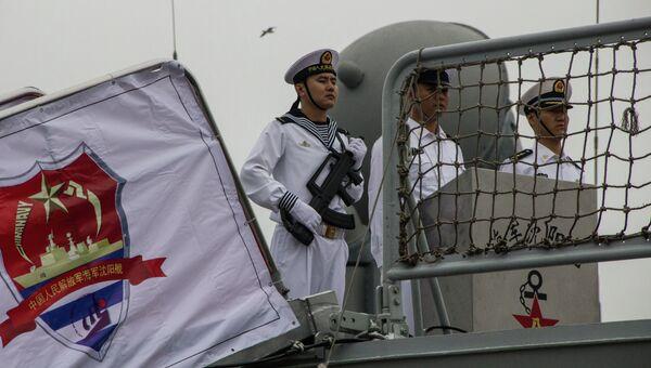 Экипаж корабля ВМС Китая во Владивостоке