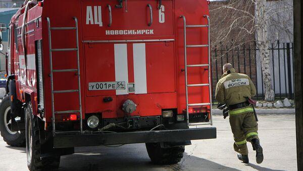 Пожарник и пожарная машина, архивное фото