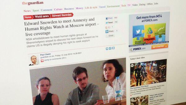 Фото со встречи Сноудена с правозащитниками, опуликованный на сайте британской газеты Guardian, архивное фото