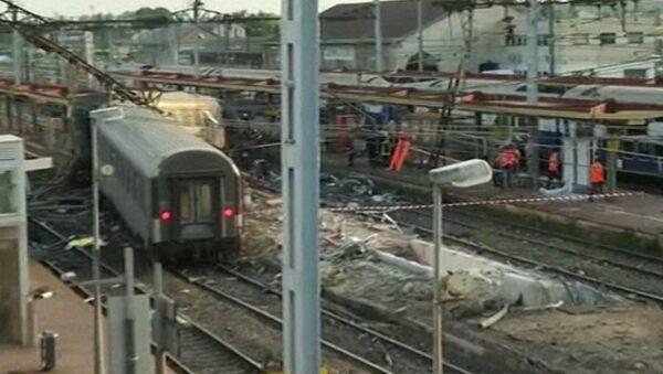 Перевернутые вагоны лежали на месте крушения поезда во Франции