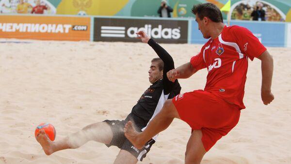 Игровой момент матча по пляжному футболу с участием ФК Кристалл. Архивное фото