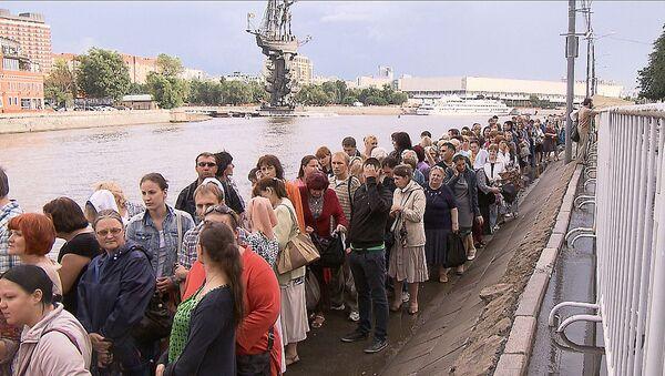 Тысячи москвичей стояли под дождем в очереди к кресту Андрея Первозванного
