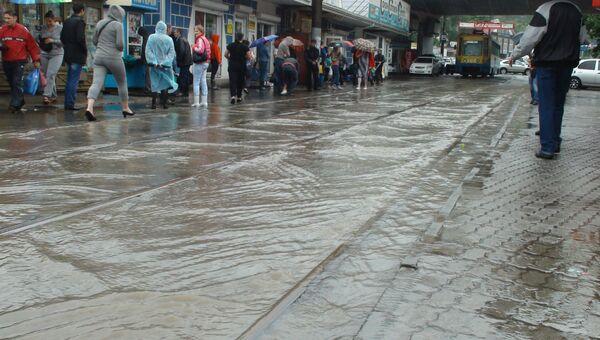 Сильный дождь привел к подтоплению дорог на улице Луговой, Спортивной, а также Невельского.