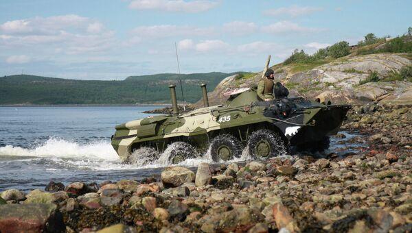 Морские пехотинцы СФ учатся вождению боевой техники на воде