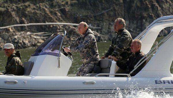 Владимир Путин во время визита на Саяно-Шушенскую ГЭС