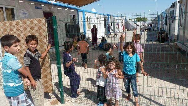 Сирийские дети на улицах контейнерного городка. Архив