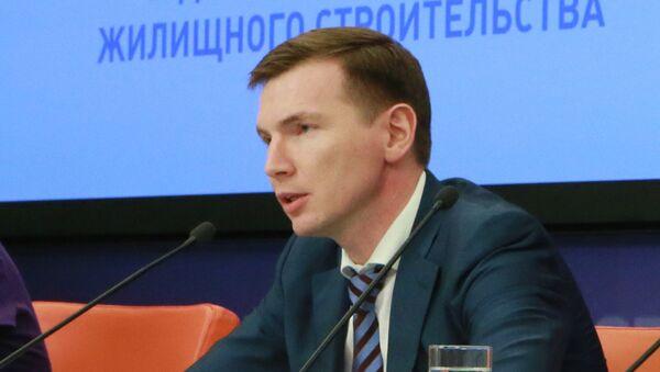 Заместитель руководителя Федерального агентства по строительству и жилищно-коммунальному хозяйству Шишкин Андрей (справа)