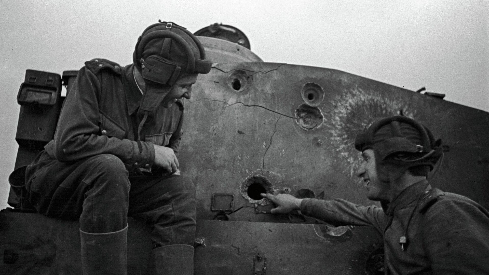 У подбитого фашистского танка - РИА Новости, 1920, 12.07.2018