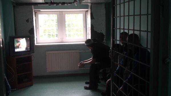 Мигранты коротают время до отправки из Петербурга в мини-кинозале