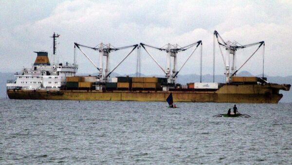 Грузовое судно после столкновения с паромом на Филиппинах