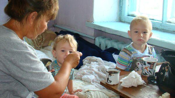 Соц.работник не покидает малышей, пока их мама в больнице с третьим ребенком