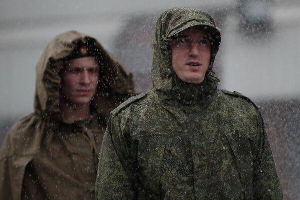 Солдат-срочник во время демонстрации свойств ветроводозащитного костюма