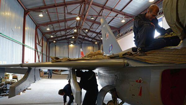 Самолет Як-130 в ангаре. Архивное фото.