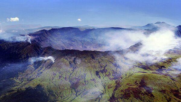 Вид с воздуха на кальдеру вулкана Тамбора