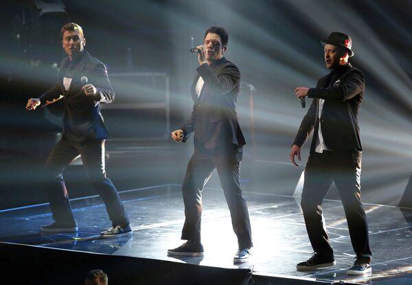 Певцы Лэнс Басс и Джастин Тимберлейк выступают на MTV Video Music Awards