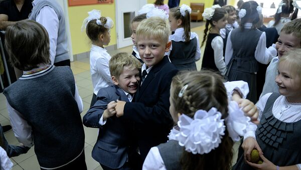 Начало учебного года в московской школе 1216 (1 класс). Архивное фото