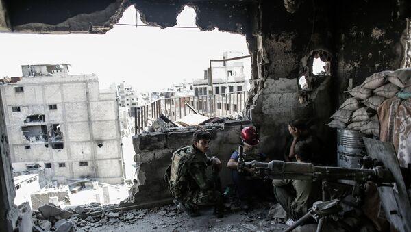 Военнослужащие правительственных войск неподалеку от позиций боевиков в центре Хомса. Архивное фото
