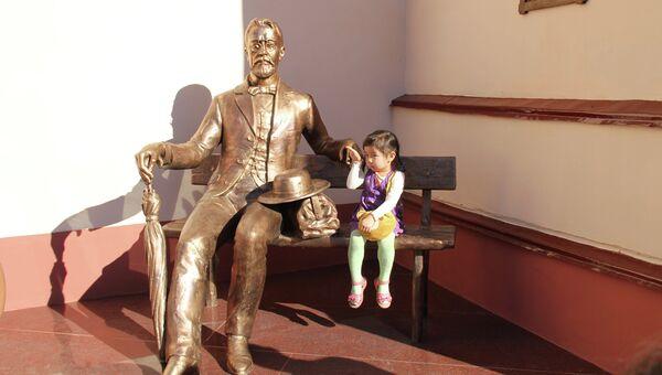 Памятник Чехову в Улан-Удэ