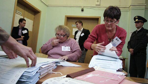 Подсчет голосов на выборах в Екатеринбурге, архивное фото