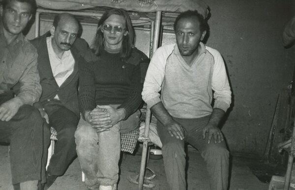 Сергей Григорьянц (второй слева) и Андрей Шилков (в центре), арестованные после прибытия в Ереван, март 1988