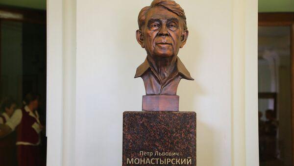Бюст Петра Монастырского в самарском театре Драмы, архивное фото