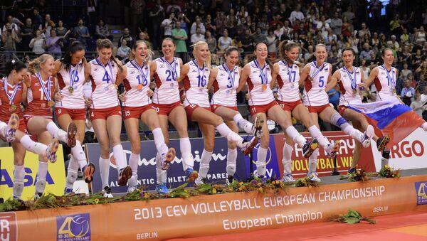 Волейболистки сборной России, завоевавшие золотые медали, на церемонии награждения