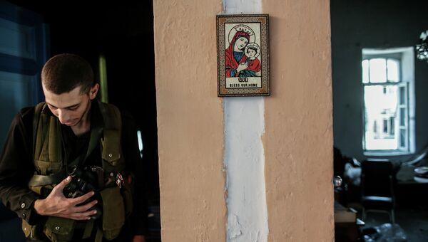 Христианская икона в одном из домов, освобожденных от боевиков, в центре города Маалула. Архивное фото
