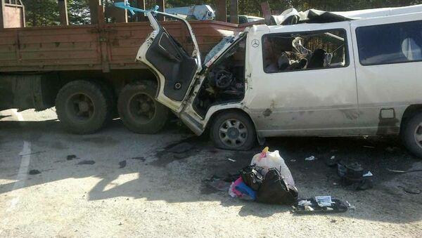 Микроавтобус смяло после столкновения с КамАЗом на трассе в Бурятии, фото с места события
