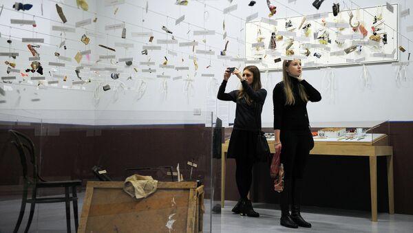 Посетительницы рассматривают инсталляцию художников Ильи и Эмилии Кабаковых 16 веревок на открытии выставки Утопия и реальность. Эль Лисицкий, Илья и Эмилия Кабаковы
