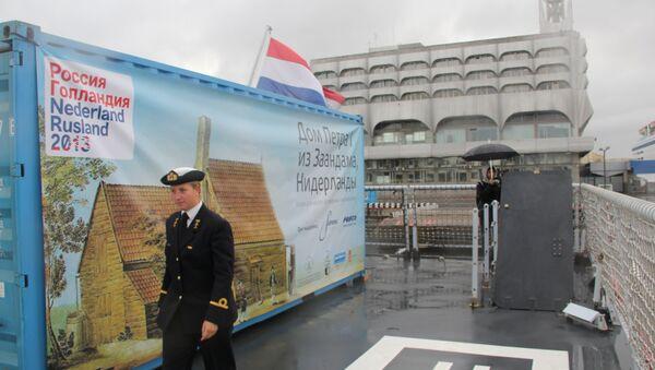 ВМС Нидерландов доставили в Санкт-Петербург Домик Петра Первого. Фото с места события